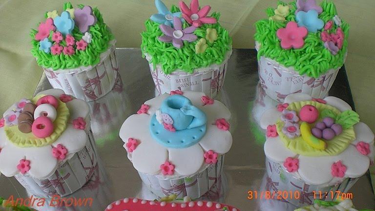 Hiasan-hiasan di atas cupcake dibuat dari fondant/plastic icing yang