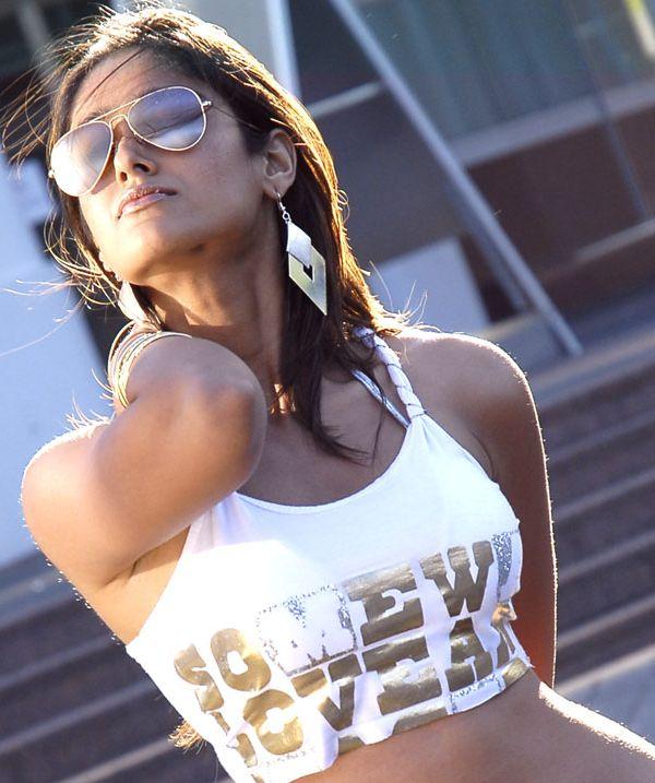 http://3.bp.blogspot.com/_KFpt7pcZGQY/S-KQt6nXpUI/AAAAAAAAMWM/2EEIQmtGLic/s1600/ileana_kissing_mood3.jpg