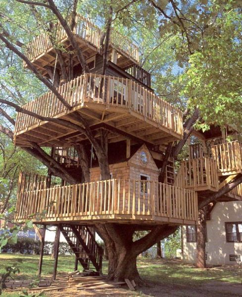 Beautiful abodes the treehouse that your dad didn 39 t build for Awesome tree house plans