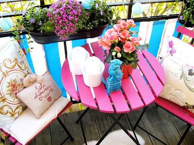 terraza balcón con muebles rosa y negro foo dog dragón chino azul