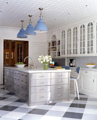 En la cocina - Página 3 Cocina+en+azul+y+blanco+techos+con+escayola+y+suelo+damero+blanco,+gris+y+negro