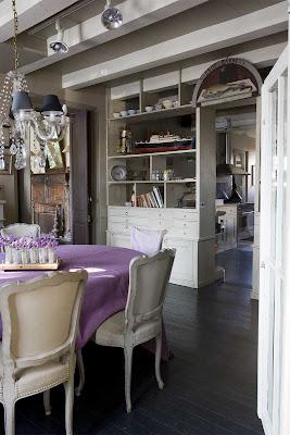 [comedor+con+araña+candelabro+antiguo+sillas+clásicas+y+mantel+lila+2.jpg]
