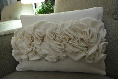 Coj n con flores de fieltro ruffled cushion vintage - Decorar cojines con fieltro ...