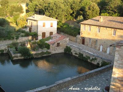 Idee weekend e vacanze vacanze in toscana bagno vignoni - Piscina bagno vignoni ...