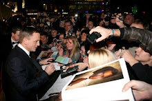 Daniel Craig firma autógrafos en el estreno mundial en Londres