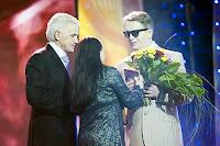 Победителя награждают спикер Верховной Рады Владимир Литвин и певица Нина Матвиенко
