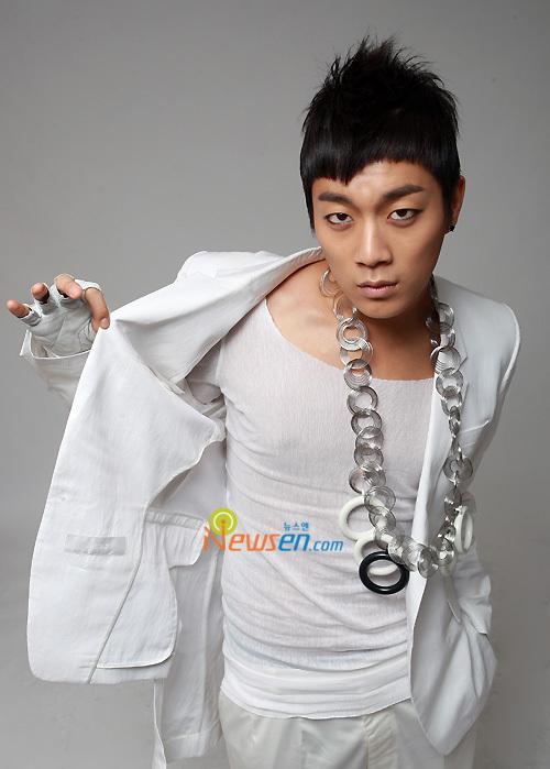 Nama : Yoon Doo Joon. Posisi : Leader,Vocalis,Rapper