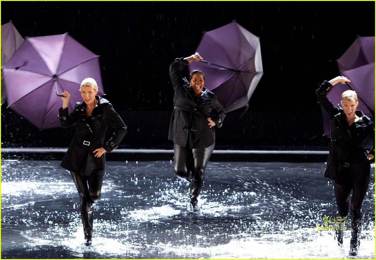 http://3.bp.blogspot.com/_KLl4R8VVi1g/TN27MFkUgeI/AAAAAAAAACw/Uq_aosUbHe8/s1600/gwyneth-paltrow-rihanna-umbrella-01.jpg