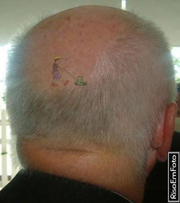 Tatoo ideal para o vovô que está ficando careca.