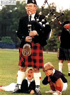Escocês vestindo Kilt, a saia dos homens, é espionado por crianças.