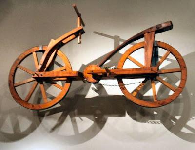 Bicicleta de madeira construída segundo projeto de Leonardo da Vinci.
