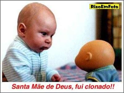 Bebê olha espantado para boneca que parece seu clone.