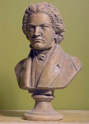 Escultura de Beethoven: O semblante sério de uma mente genial.
