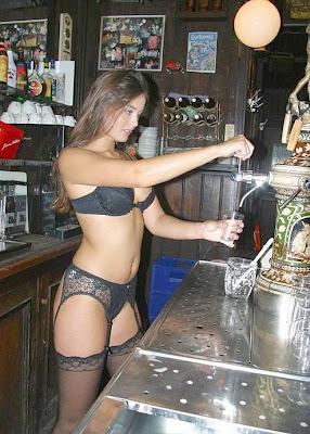Garçonete de bar serve os clientes vestida só de calcinha sutiam e cinta-liga.
