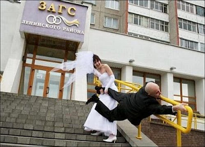 Noiva puxa o noivo que tenta fugir do casamento.