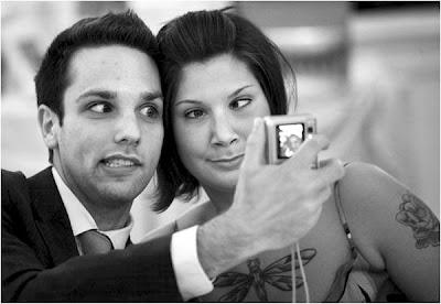 Casal fazendo careta para foto em casamentos.
