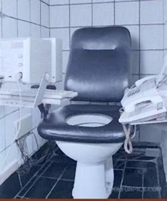 Sanitário modificado para viciados em computador.