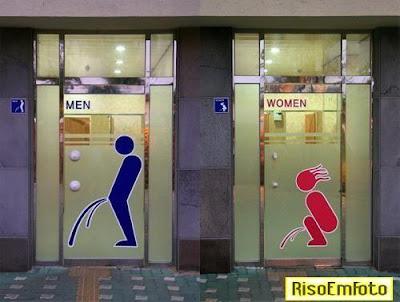 Desenhos da porta de banheiro de bar orienta os bêbados.