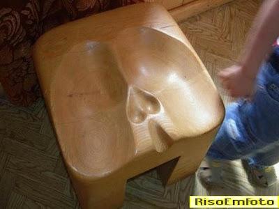 Cadeira adaptada à anatomia dos homens.