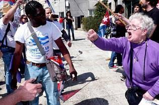 """La 'pasionaria"""" abuela de Margarita , insulta a los anticastristas cubanos Pro"""