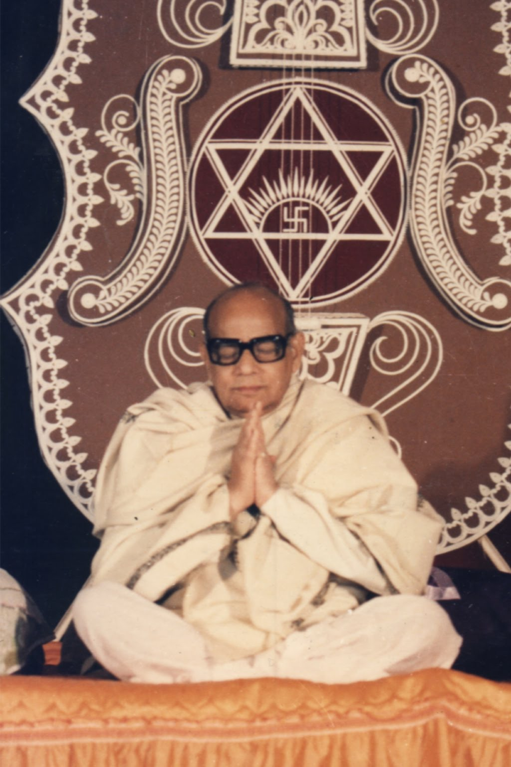 http://3.bp.blogspot.com/_KT0Tq6j74-4/S7-8Th4vi0I/AAAAAAAAAEc/x3_P-0KY7hM/s1600/Baba-Namaskar.jpg