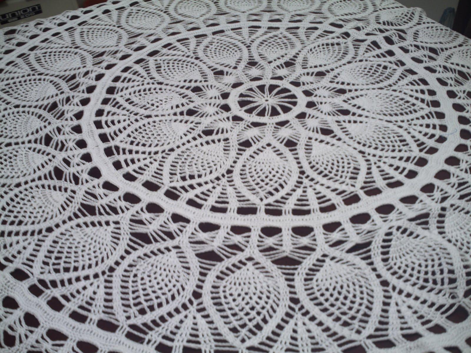 toalha é redonda,só que ela está numa mesa retangular.