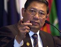 Di samping podium SBY ada sebuah meja kecil yang di atasnya ditaruh ...