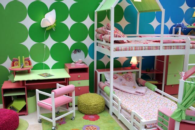 Colorido dormitorio para niñas con camarote predomina el color verde y rosa by dormitorios.blogspot.com