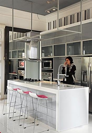 Cocina funcional de colores neutros blanca gris y color for Diseno de cocinas peru