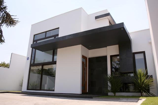 Fachada de casa de dos pisos en blanco y negro fachadas for Casas modernas fachadas de un piso