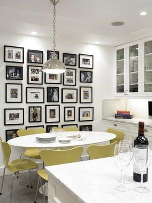 Cocina moderna blanca y decorada con cuadros : cocina y reposteros ...