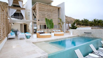 Fachada rustica y elegante de hotel boutique frente al mar for Piscina estilo playa