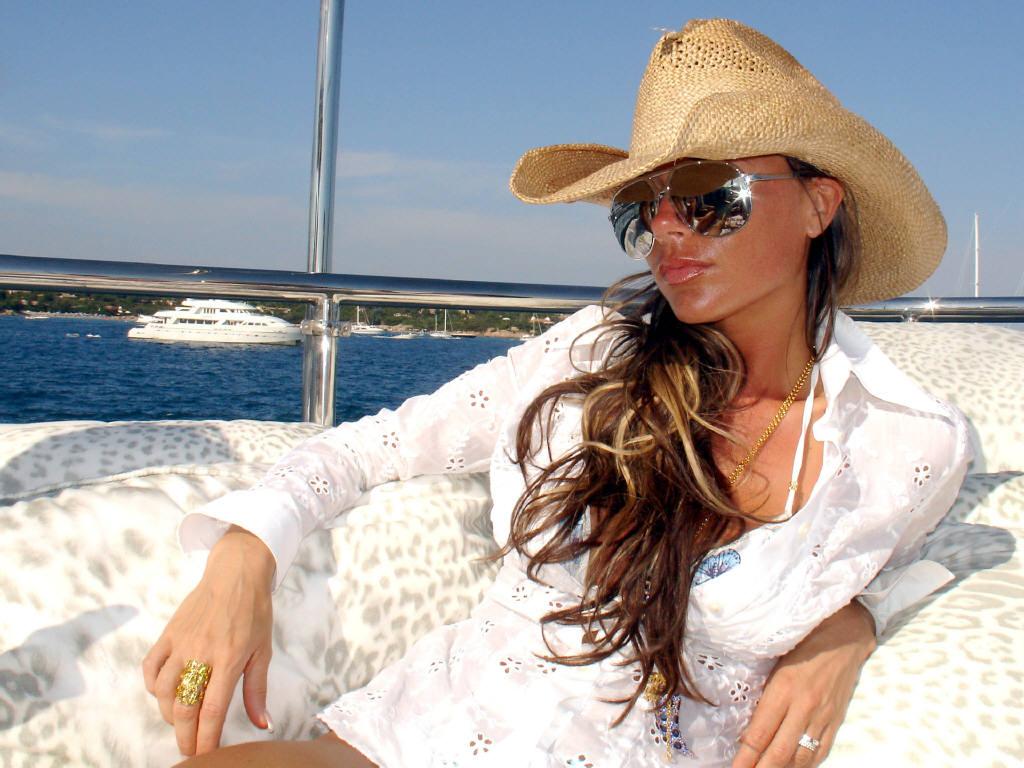 http://3.bp.blogspot.com/_KZd8-cx_0LQ/TBasLWEpBFI/AAAAAAAAARE/IMYtH5Qrpg8/s1600/Victoria-Beckham-08.jpg
