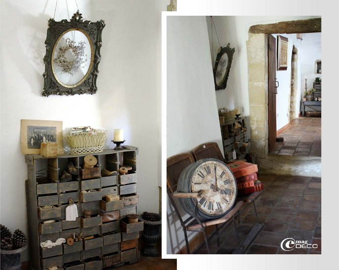 Meuble d'atelier à tiroirs et vieille horloge de gare