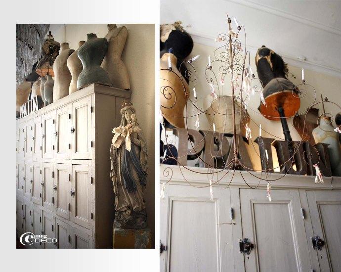 Ancien vestiaire de couvent en bois, collection de vieux mannequins et lustre en fil de fer Vox Populi