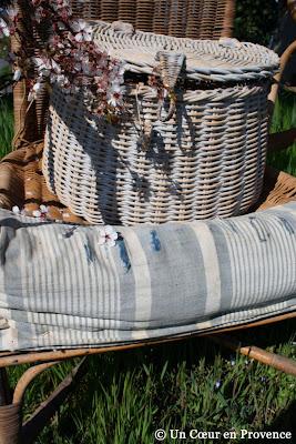 Panier de pique-nique sur un ancien fauteuil en osier
