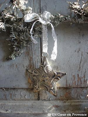 Etoile en métal suspendue à une dentelle