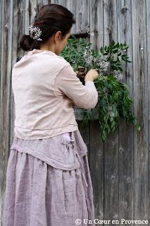 Composer une décoration éphémère sur un vieux portail en bois