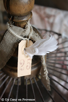 Ruban de lin et étiquette kraft sur une vieille cage