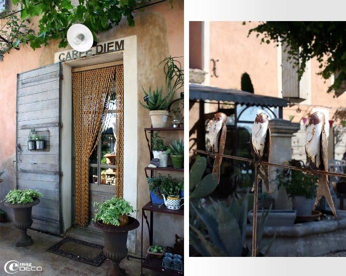 La porte d'entrée du mas provençal avec son rideau de perles de buis