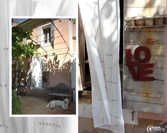 La façade du mas provençal ombragée et sa tonnelle