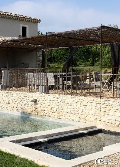 La tonnelle et la piscine du Mas de Cink, maison d'hôtes dans le Luberon