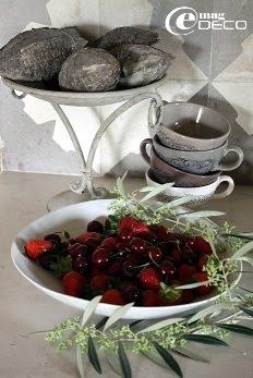 Détail de la cuisine, tasses Alinéa