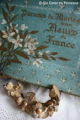 Ancienne boîte abritant des couronnes de mariées
