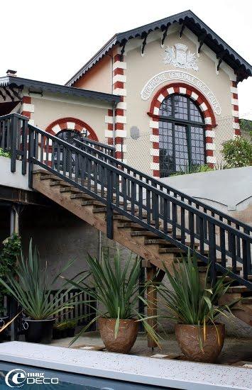 Dans les anciennes citernes, Nathalène et Olivier ont eu l'idée originale de créer la piscine de l'Hôtel Ville d'Hiver