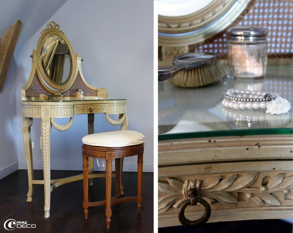 La Coiffeuse De Style Louis XVI Avec Son Decor Guirlandes Lauriers Noeuds Ruban Et Cannelures