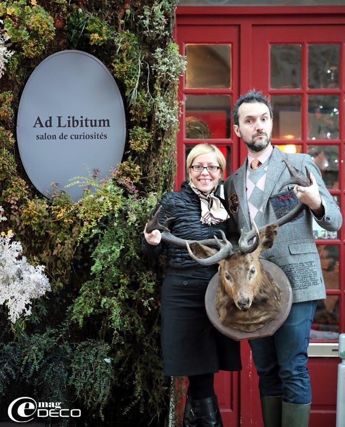 Valérie Rambaud et Sébastien Verger posent devant la devanture de leur salon de thé et curiosités Ad Libitum