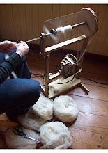lana de oveja hilada en rueca