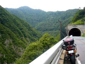 トンネル手前から渓谷の臨む