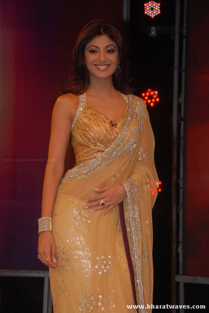[01indianmasala.blogspot.com+Shilpa+Shetty++Abhishek+on+Bigg+Boss+2+sets_2709008+(6).jpg]